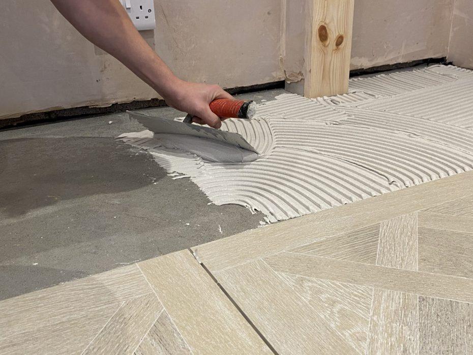 Tiler with trowel